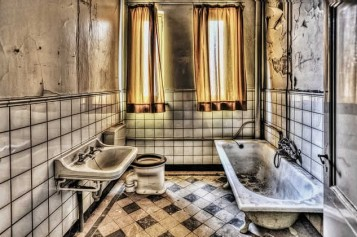 Decorating Debates: How to Add Vintage Furniture to the Bathroom
