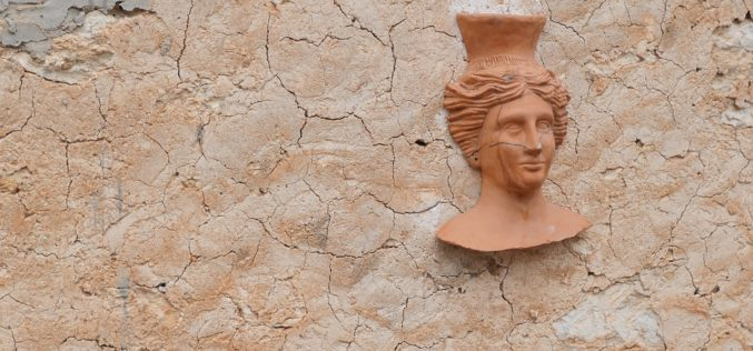 Decorating Your Outside Walls With Wall Decor